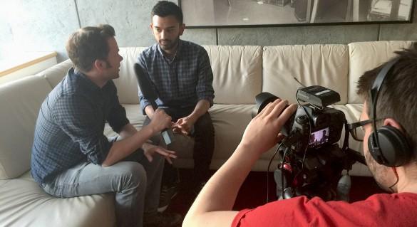 Ashish Patel, VP Social von NowThis (Mitte), im Interview mit Tim Sönder