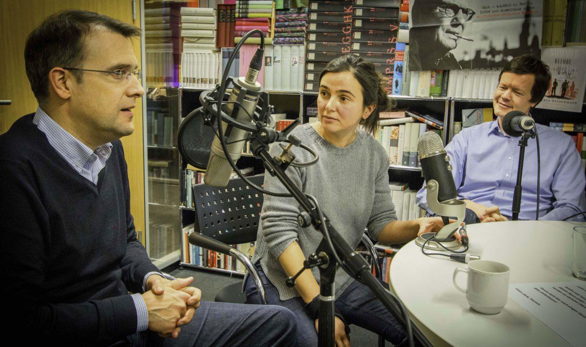 """Podcasterin Yasemin Yüksel im """"Stimmenfang""""-Gespräch mit den SPIEGEL-ONLINE-Kollegen Roland Nelles (links) und Florian Gathmann (rechts)"""