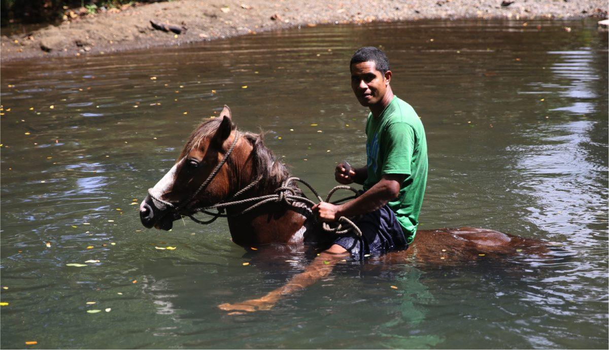 Wegen des Anstiegs des Meeresspiegels müssen viele Menschen auf den Pazifischen Inseln umsiedeln wie Aisake Lovobalavu, Landwirt aus Vunisavisavi.